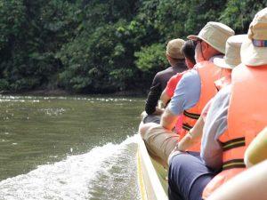 ロング・ボートで爽快に川をさかのぼる